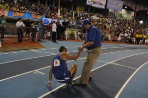 El presidente de la PUCPR, Dr. Jorge Iván Vélez Arocho apoyó un atleta Pionero, tras su llegada a la meta.