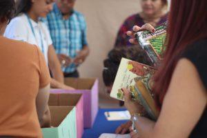 Los cerca de 300 libros donados serán entregados al Comité de Ayuda a Haití.