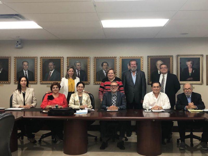 En la reunión extraordinaria.  Sentados de izq. a derecha: Dra. Waleska Crespo, pres. UCC; Dra. Ana E. Cucurella, pres. Caribbean; Dra. Carmen J. Cividanes-Lago, directora ejecutiva ACUP; Dr. Obed Jiménez, pres. ACUP y UAA; Lcdo. Manuel J. Fernós, pres. UIPR; Lcdo. José A. Ortiz Daliot, asesor para Asuntos Gubernamentales ACUP.  Parados de izq. a derecha: decana Niza Zayas Marrero en representación del Prof. Ángel Valentín, pres. UCB; rectora Agnes Mojica, UIPR San Germán; Dr. Jorge Iván Vélez Arocho, pres. PUCPR; Dr. Rafael Meléndez en representación del Dr. José Pons Madera, pres. UCA