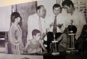 El destacado deportista apoyó a los atletas puertorriqueños. Osvaldo Rivera en el medio (corbata negra). Foto: suministrada por el periodista, José Pepén Fernández